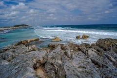 Ondas que se rompen en la orilla de la isla caribeña Imagen de archivo