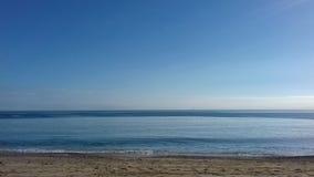Ondas que se rompen en la orilla de la playa fotos de archivo