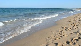 Ondas que se rompen en la playa tropical almacen de video