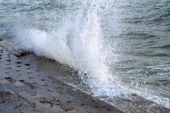 Ondas que se rompen en la resaca el Mar Negro Fotografía de archivo libre de regalías