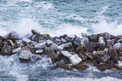 Ondas que se rompen en las rocas Imagen de archivo libre de regalías