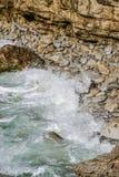Ondas que se rompen en los acantilados de Barbate Foto de archivo