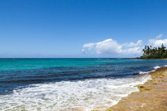 Ondas que se rompen en orilla de la isla tropical Imagen de archivo