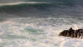 Ondas que se rompen en rocas negras en Islandia almacen de video