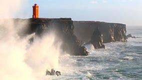 Ondas que se rompen en rocas negras en Islandia metrajes
