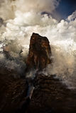 Ondas que se rompen en una roca Imagen de archivo