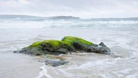 Ondas que se rompen en una roca en un día tempestuoso Imagen de archivo