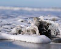 Ondas que se rompen en una roca fotografía de archivo
