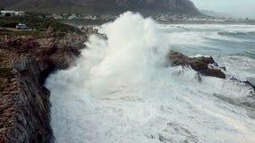 Ondas que se rompen sobre la costa costa rocosa almacen de video