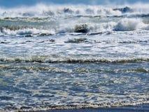 Ondas que se rompen y que ruedan en fondo de la playa Fotografía de archivo libre de regalías