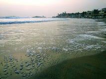 Ondas que tocan la orilla, escena de la playa de Kovalam Eve& x27; playa de s también conocida como playa de Hawa imagen de archivo libre de regalías