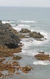 Ondas, rocas y océano en paisaje hermoso Imagen de archivo libre de regalías