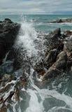 Ondas, rocas y quelpo que causan un crash Imagen de archivo