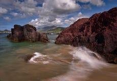 Ondas selvagens na costa da península do Dingle Fotografia de Stock