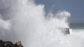 Ondas selvagens que quebram na costa atlântica com o arco-íris no lento-mo video estoque