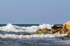 Ondas sobre ao litoral Imagens de Stock