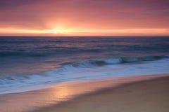 Ondas sobre la orilla durante última hora de la tarde Imagen de archivo