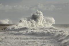 Ondas tempestuosas contra la pared del puerto Fotografía de archivo libre de regalías