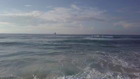 Ondas tempestuosas de desplazamiento aéreas del canal al petrolero del mar en el horizonte almacen de video