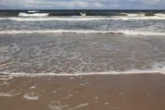 Ondas tempestuosas del mar Mar tempestuoso con las nubes Foto de archivo libre de regalías