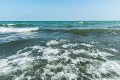 Ondas tempestuosas en el mar Foto de archivo libre de regalías