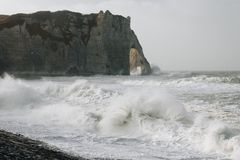 Ondas tempestuosas en Etretat Foto de archivo libre de regalías