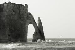 Ondas tempestuosas en Etretat Imagen de archivo libre de regalías