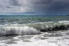 Ondas tempestuosas en la playa Foto de archivo libre de regalías