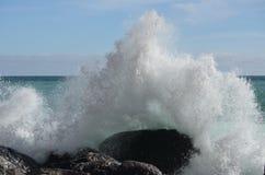 Ondas tempestuosas en la playa Imagenes de archivo