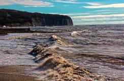 Ondas tempestuosas soleadas en la orilla fotografía de archivo