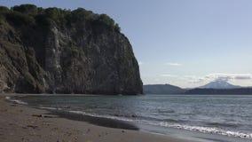 Ondas tranquilas en el mar, playa de la arena negra, Océano Pacífico de las orillas rocosas Lapso de tiempo almacen de video