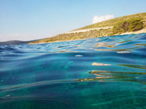 Ondas transparentes en el mar Foto de archivo libre de regalías