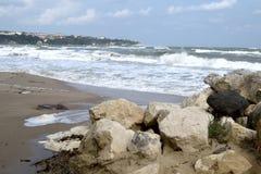 Ondas tumultuosos, mar azul fotografia de stock royalty free