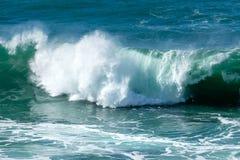 Ondas turbulentas, praia de Fistral, Cornualha imagens de stock