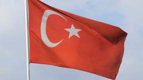 Ondas turcas da bandeira nacional no vento contra o céu vídeos de arquivo