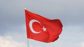 Ondas turcas da bandeira nacional no vento contra o céu video estoque