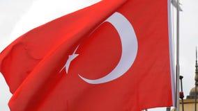 Ondas turcas da bandeira nacional no vento contra o céu filme
