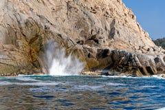 Ondas y agujero del soplo en rocas Foto de archivo libre de regalías