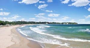 Ondas y cielo asoleados de la playa con las nubes Imagenes de archivo