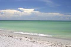 Ondas y cielo de la playa Foto de archivo