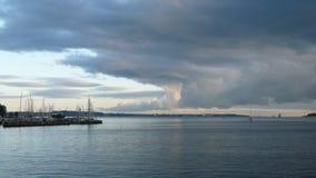 Ondas y cielo del Mar del Norte fotos de archivo