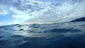 Ondas y cielo del mar vistos de la lancha de carreras que se mueve a través del mar, agua que golpea el barco almacen de video