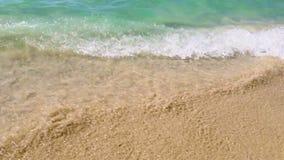 Ondas y la arena en el primer de la playa almacen de metraje de vídeo