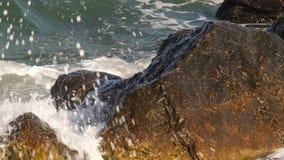 Ondas y las rocas almacen de metraje de vídeo