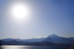Ondas y montañas Imagen de archivo
