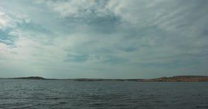 Ondas y nubes de la calma sobre el cielo azul en el archipiélago sueco almacen de metraje de vídeo