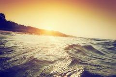 Ondas y ondulaciones del mar en la puesta del sol Primera natación de la perspectiva de la persona imagenes de archivo