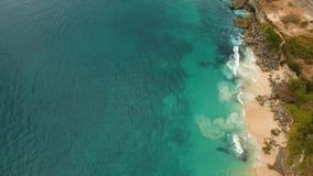 Ondas y playa pedregosa Silueta del hombre de negocios Cowering metrajes