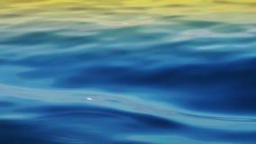 Ondas y reflexión de la agua de mar almacen de metraje de vídeo