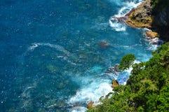 Ondas y rocas en el Océano Índico Foto de archivo